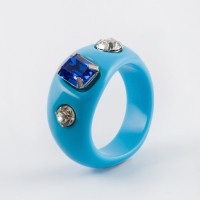 Бижутерное кольцо с стразами