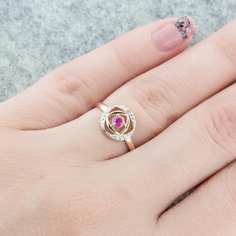 Золотое кольцо с бриллиантами и рубином ЮЫ2002900023428